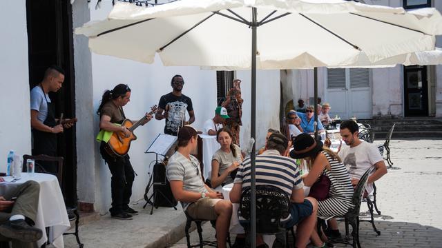 Des touristes américains attablés en terrasse à La Havane, à Cuba, en avril 2016.