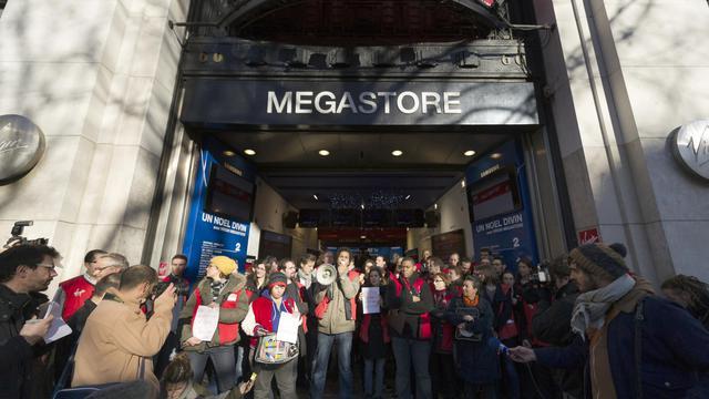 L'entrée de l'ancien magasin Virgin Megastore des Champs-Elysées.