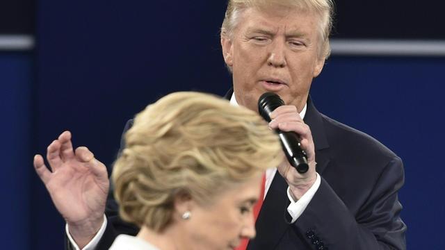 Les candidats Hillary Clinton et Donald Trump lors du second débat télévisé, le 9 octobre.