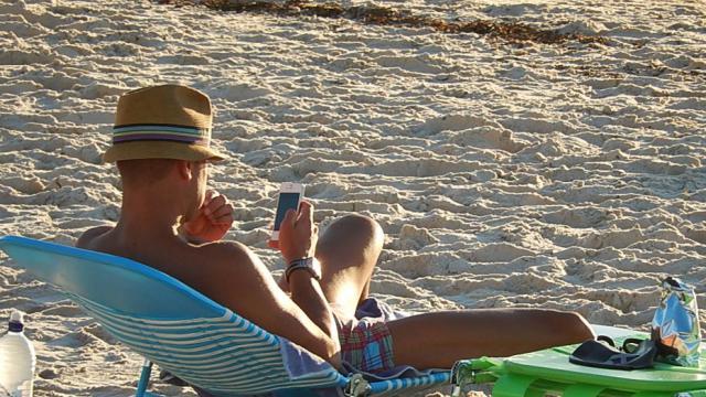 La majorité des Français reste connectée à Internet durant leurs vacances.
