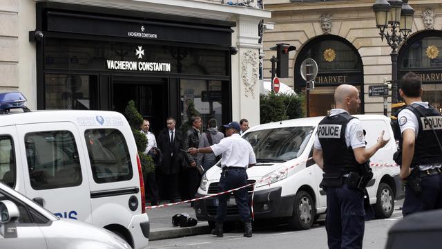 Des policiers sur les lieux d'un braquage rue de la Paix, le 4 octobre 2013 à Paris.