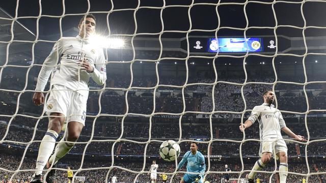 Raphaël Varane assistant à un but de Dortmund lors du dernier match de pool du Real de Madrid