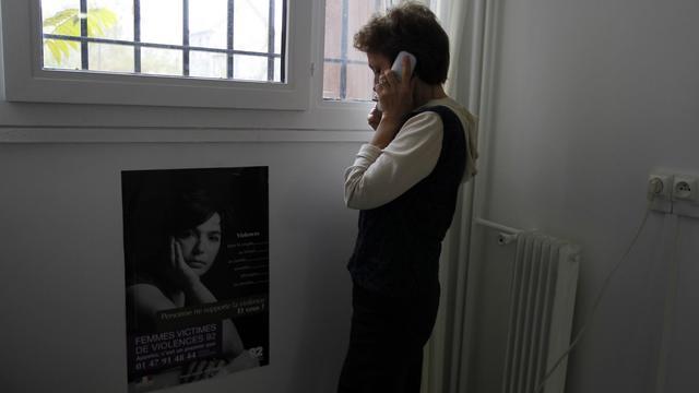 Une travailleuse sociale à l'Escale, association d'aide aux femmes victimes de violences, le 23 novembre 2011 à Gennevilliers.