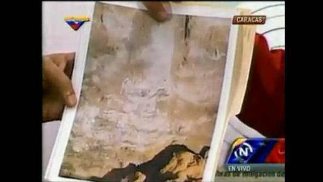 Nicolas Maduro, le président du Venezuela, présente une photo qu'il présente comme étant l'apparition du visage de son prédécesseur, Hugo Chavez, le 30 octobre 2013 à Caracas [capture d'écran DailyMotion]