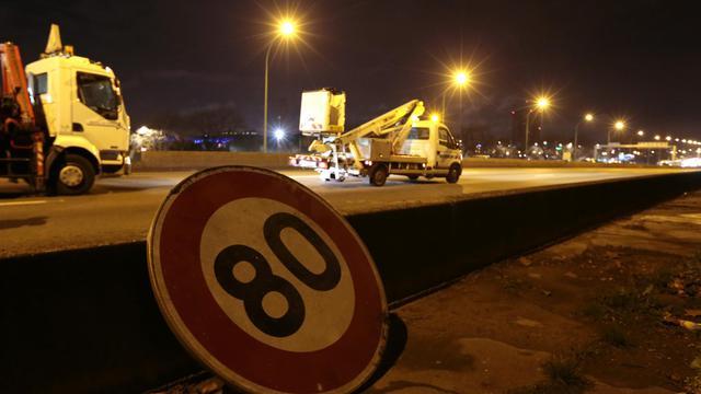Un panneau de limitation de vitesse à 80 km/heure près de Paris.
