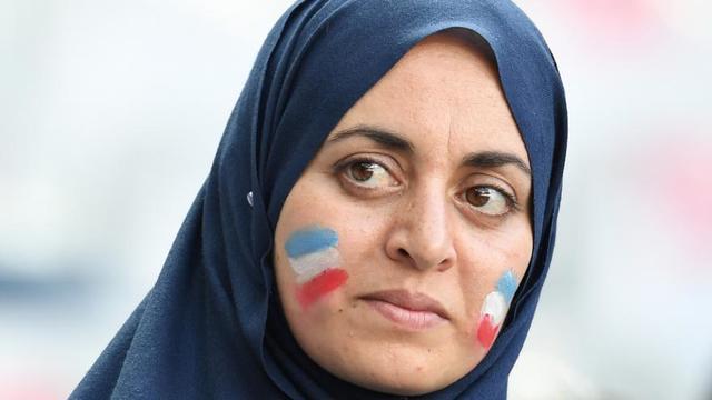 Le port du hijab, voile couvrant la tête et les cheveux mais pas le visage, est autorisé en France dans tout l'espace public, à l'exception des écoles, collèges et lycées publics.