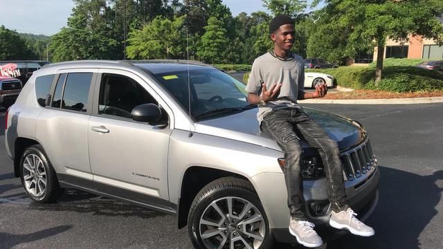 Un humoriste local a offert une voiture à l'adolescent pour qu'il n'ait plus à se lever aux aurores.