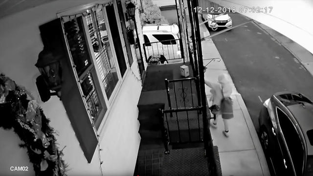 Alors qu'elle passait devant la maison de Robert Lynch, une voleuse a décidé de chaparder discrètement le colis Amazon qui se trouvait sur le perron.