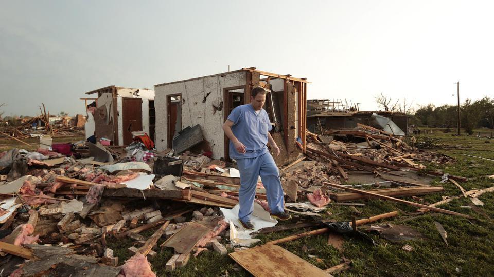 La météo américaine a indiqué que cette tornade dévastatrice faisait à son plus fort jusqu'à 3 kilomètres de large.