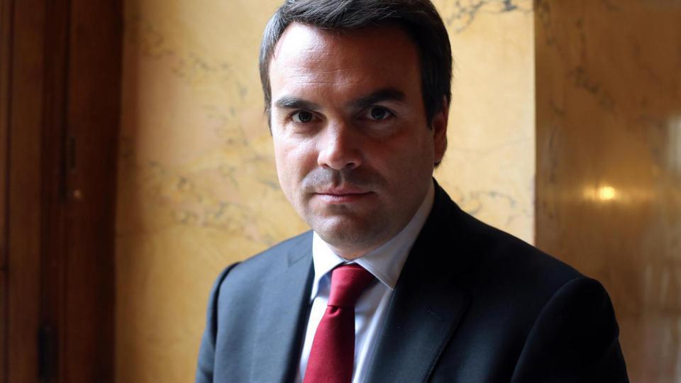 À cause de problèmes avec le fisc, Thomas Thévenoud, secrétaire d'État chargé du Commerce extérieur, de la Promotion du Tourisme et des Français de l'étranger, est contraint de présenter sa démission le 4 septembre 2014. C'est Matthias Fekl qui reprendra le flambeau.