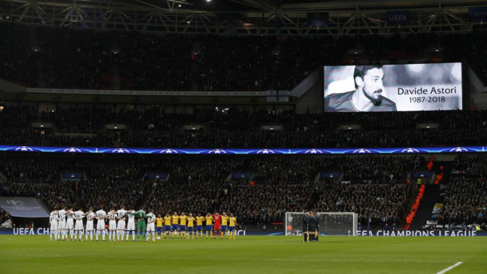 Le capitaine et défenseur de la Fiorentina Davide Astori décède dans la nuit du 3 au 4 mars d'une crise cardiaque dans son sommeil, avant un match contre l'Udinese. Un hommage lui est rendu dans plusieurs stades d'Europe.