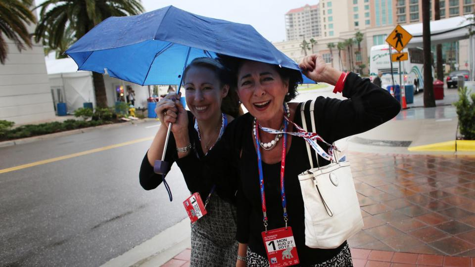 En raison des vents violents, les républicains qui devaient ouvrir leur Convention nationale lundi à Tampa en Floride, ont préféré décaler l'événement d'une journée.
