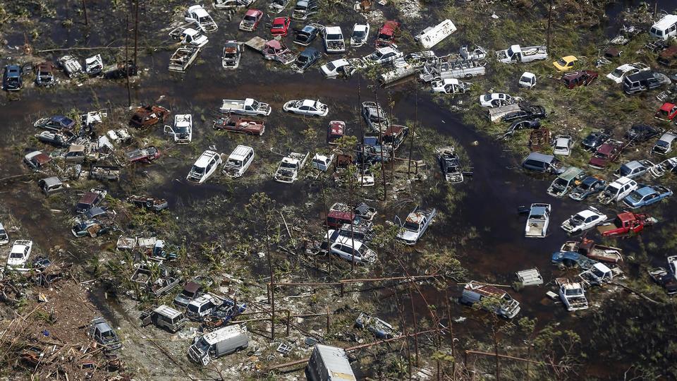 De nombreux avions, hélicoptères et bateaux, y compris des navires de croisière, s'affairent à évacuer les habitants sinistrés vers la capitale Nassau ou vers les Etats-Unis.