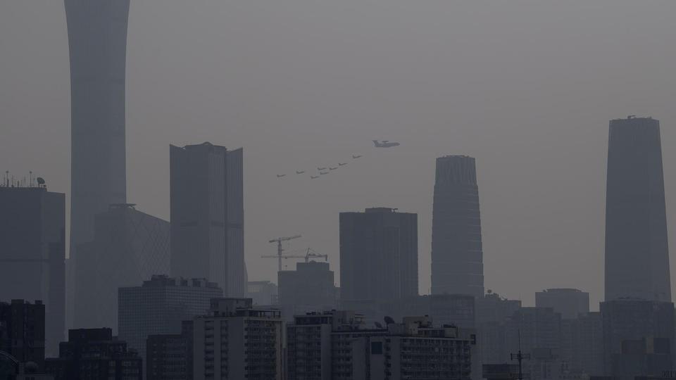 Un couac pour le gouvernement chinois. Ce dernier avait promis un «grand ciel bleu» pour la fête. Seulement, la météo n'a pas permis, malgré les mesures prises, d'évacuer le nuage de pollution qui est caractéristique de la ville depuis de nombreuses années.
