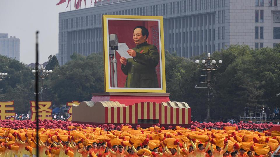 Plusieurs chars portant les portraits de précédents présidents ont participé à la parade. Ici, c'est à Mao, fondateur de la République populaire de Chine, que les participants rendent hommage.