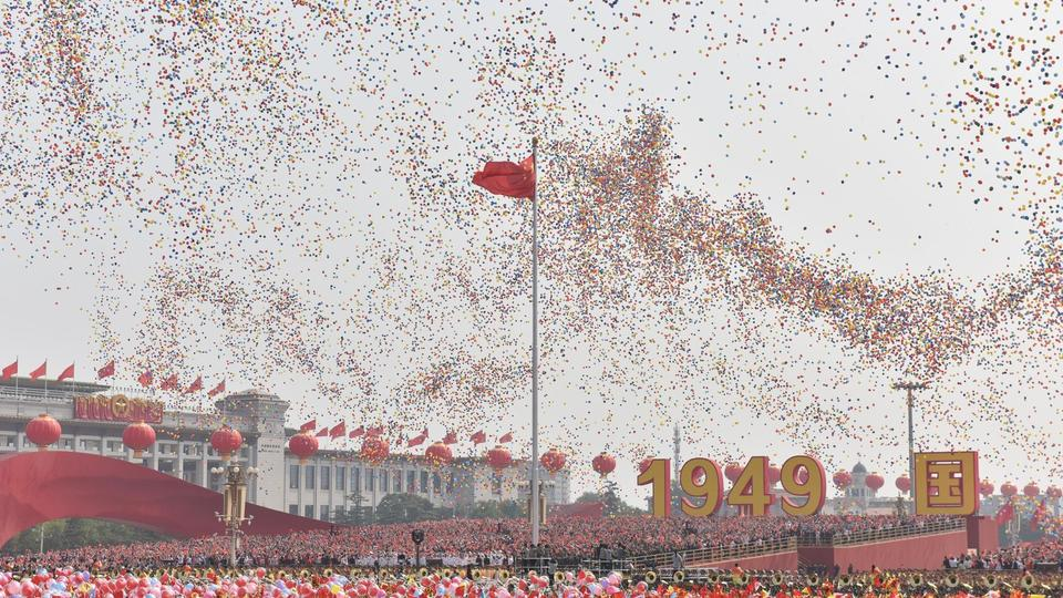 En référence aux 70 ans du régime, 70 000 ballons ont été relâchés à la fin de la parade. 70 000 colombes se sont également envolées dans le ciel pékinois.
