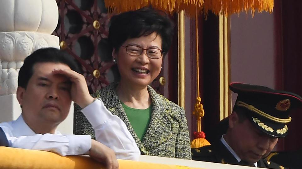Tout sourire, Carrie Lam, la cheffe de l'exécutif hongkongais, était présente lors de la parade à Pékin. Pendant ce temps, les manifestations dans le territoire autonome ont dégénéré et un militant a été blessé par balle