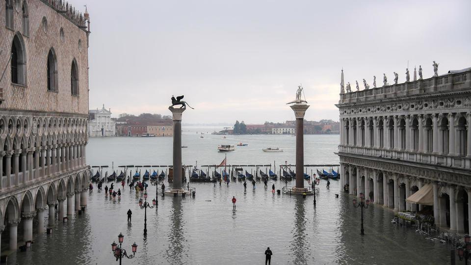 Deux personnes sont mortes depuis le début de la catastrophe selon les médias italiens.