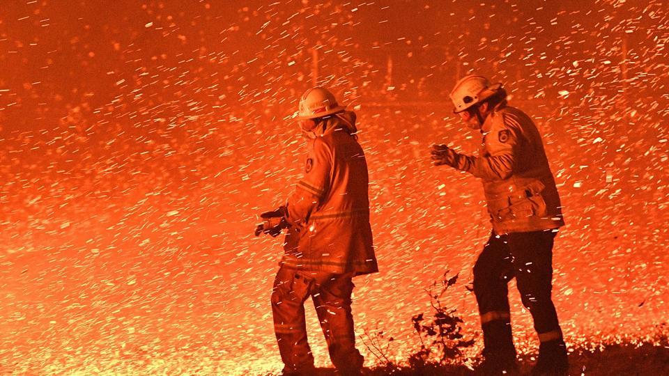 Deux pompiers dans l'incendie en Nouvelle-Galles du Sud, le 31 décembre. Le directeur adjoint du service des pompiers de l'Etat, Rob Rogers, a affirmé qu'ils étaient incapables d'éteindre ou même de contrôler les feux en cours.