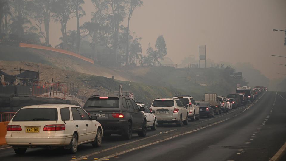 Les habitants de Nouvelle-Galles du Sud ont l'obligation de quitter la ville avant samedi, rendant le trafic sur les routes compliqué. Ici, le 2 janvier à Batemans Bay.