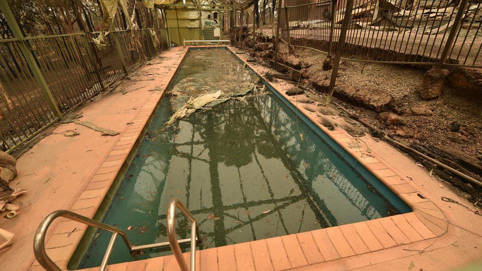 Une piscine au milieu des ruines d'une maison après le passage de l'incendie dans la ville de Batemans Bay dans l'état de la Nouvelle-Galles du Sud, le 2 janvier.