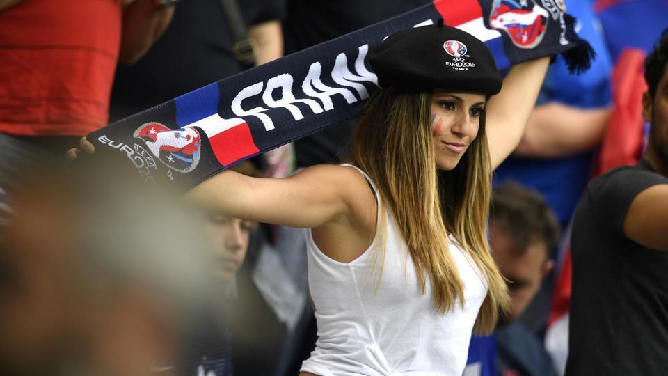 Une supportrice française lors du match France-Roumanie au Stade de France, le 10 juin 2016.