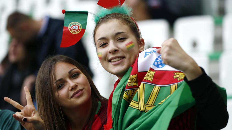 Deux supportrices portugaises lors du match Portugal-Islande, à Saint-Etienne, le 14 juin 2016.