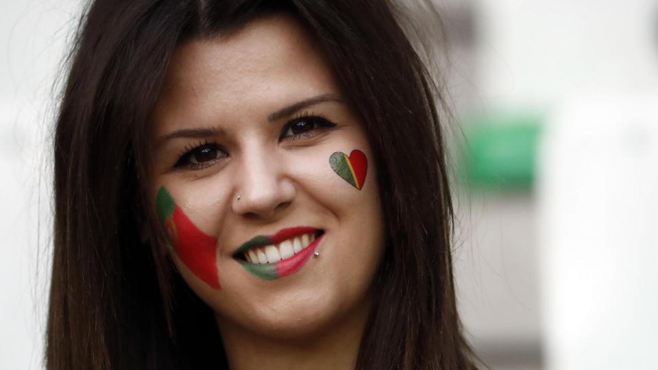 Une supportrice portugaise lors du match Portugal-Islande, à Saint-Etienne, le 14 juin 2016.
