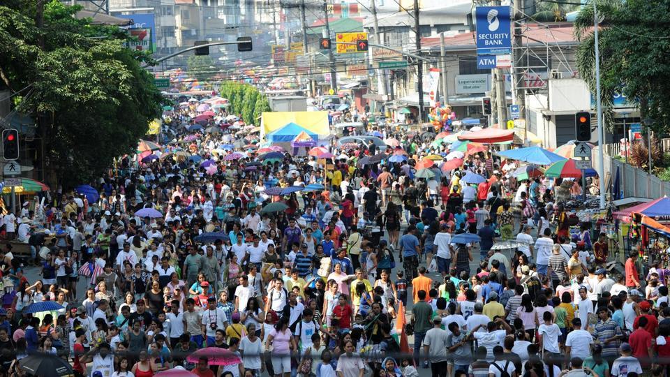 Les cimetières connaissent une forte affluence aux Philippines à l'occasion de la fête des morts. Une veillée de 24 heures et des offrandes de fleurs et de bougies sont traditionnellement respectées par les Philippins.