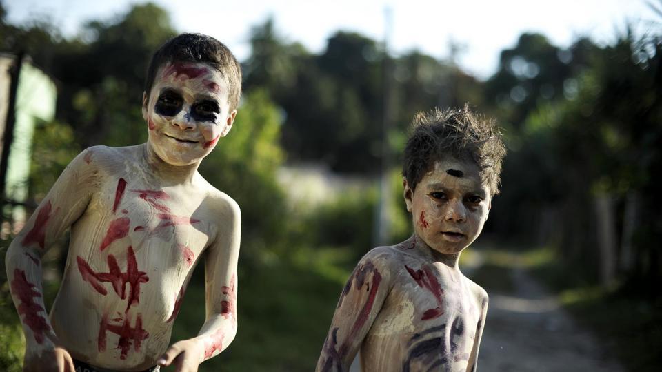 A Tonacatepeque au Salvador, un défilé appelé « La Calabiuza » est organisé pour célébrer la mémoire des défunts. Les participants se peignent le visage et le corps de noir et blanc.
