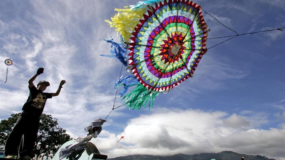 Comme dans la plupart des pays d'Amérique Latine, la fête des morts est joyeuse au Guatemala. Les habitants se rendent au cimetière au son des mariachis. Les tombes sont décorées de guirlandes de couleur vive. Il est courant de pique-niquer sur les tombes ce jour-là et de faire voler de grands cerfs-volants de papier.