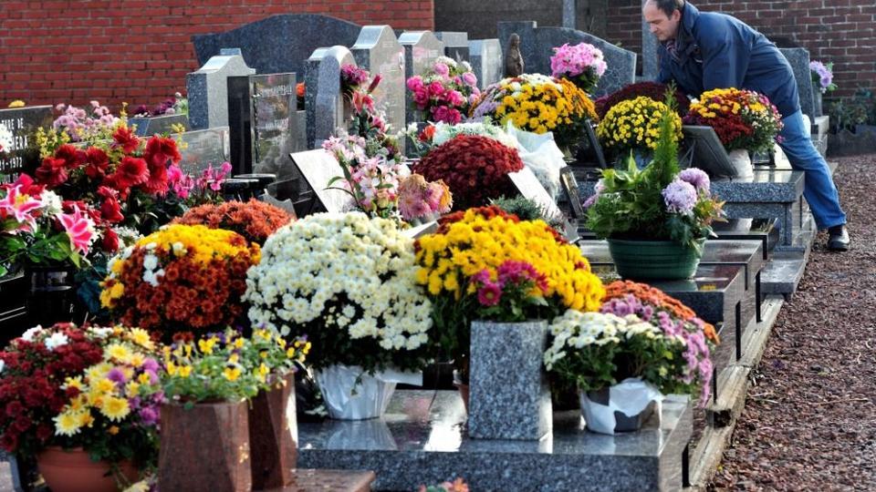 En France et plus largement en Europe, la commémoration des morts est souvent célébrée le 1er novembre, jour de la Toussaint (fête des Saints). Elle est l'occasion pour les familles de se rendre sur les tombes de leurs proches. Ils y déposent généralement un pot de fleurs de chrysanthèmes.