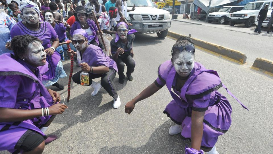 Le 2 novembre, les Haïtiens célèbrent la fête des Guédés, les esprits des morts. Les prêtres vaudou organisent des cérémonies et les participants dansent habillés de noir et de violet. Les adeptes se retrouvent autour d'une tombe sacrée sur laquelle ils crachent en fumant, buvant, et professant des obscénités.
