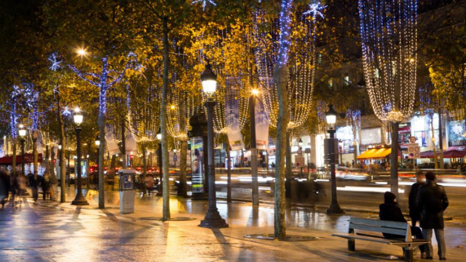 Les 400 arbres de l'avenue et des contre-allées sont équipées en guirlandes lumineuses.