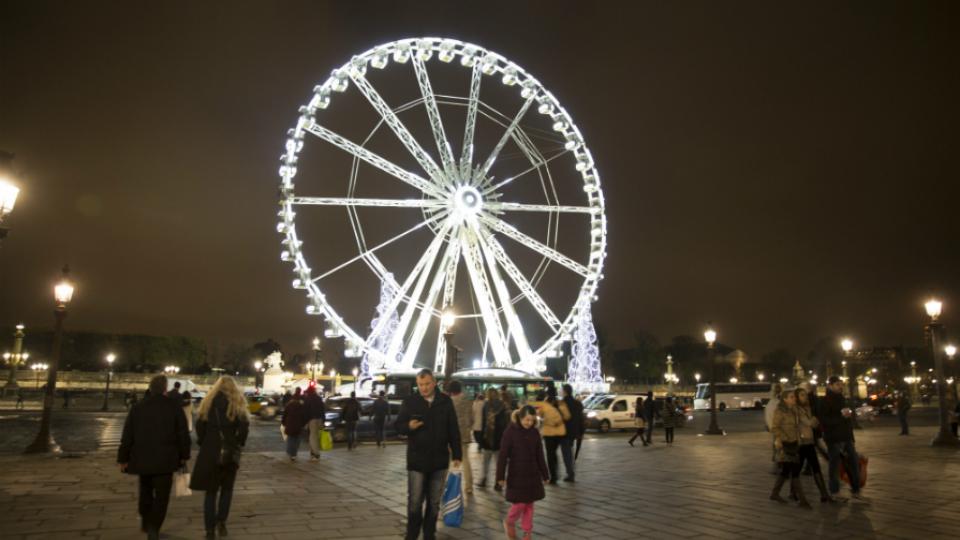 Installée sur la place de la Concorde, la grande roue offre un panorama unique sur les Champs-Elysées.