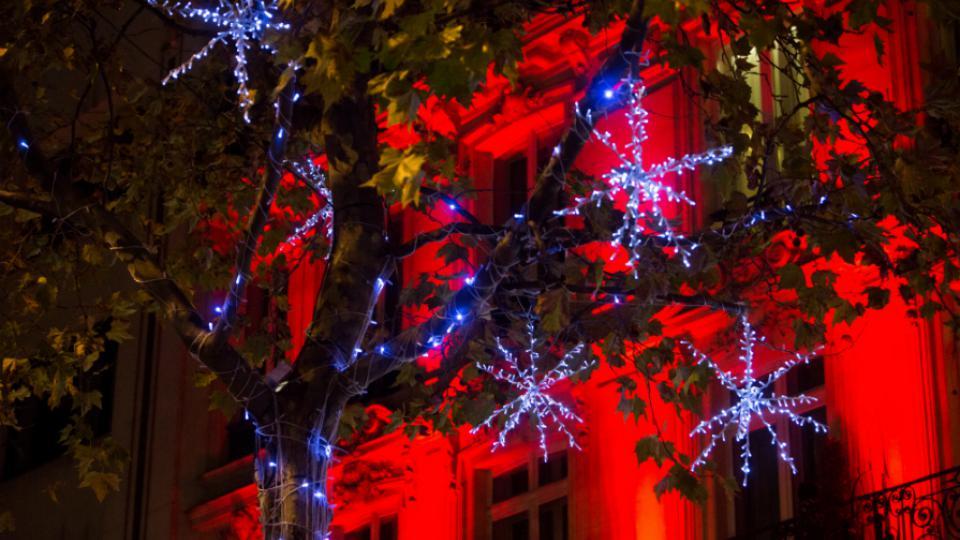 En six semaines, les illuminations des Champs-Elysées consomment autant d'électricité qu'une famille de quatre personne en un an.