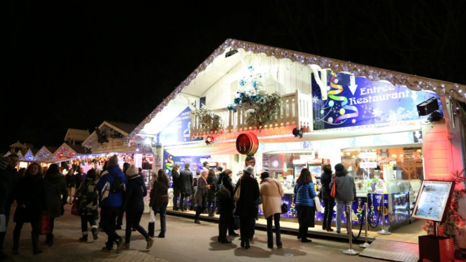 Près de 200 chalets sont installés sur le Marché de Noël des Champs-Elysées.