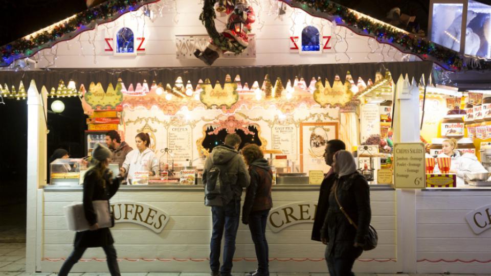 Environ 600 000 personnes fréquentent l'avenue chaque jour pendant les fêtes, notamment pour déambuler dans le marché de Noël.