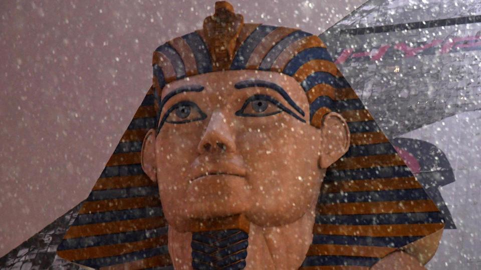Le sphinx de Louxor redécouvre la neige et «les premiers flocons depuis dix ans», selon le Las Vegas Sun.