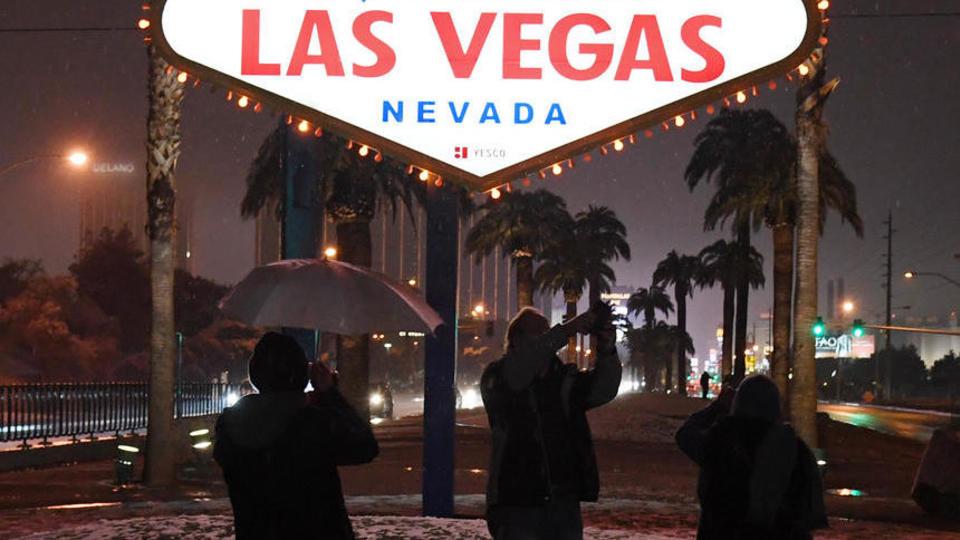 Depuis le 20 février, des chutes de neige touchent Las Vegas et une bonne partie de la côte ouest américaine. Devant ce spectacle presque inédit, les photographes et les touristes s'empressent d'immortaliser le moment.