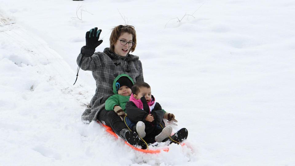 Des familles profitent de l'épisode neigeux pour s'amuser et faire de la luge dans le désert. Selon le National Weather Service, après cinq jours de neige, Las Vegas a battu son record vieux de 1974. [ETHAN MILLER / GETTY IMAGES NORTH AMERICA / AFP]