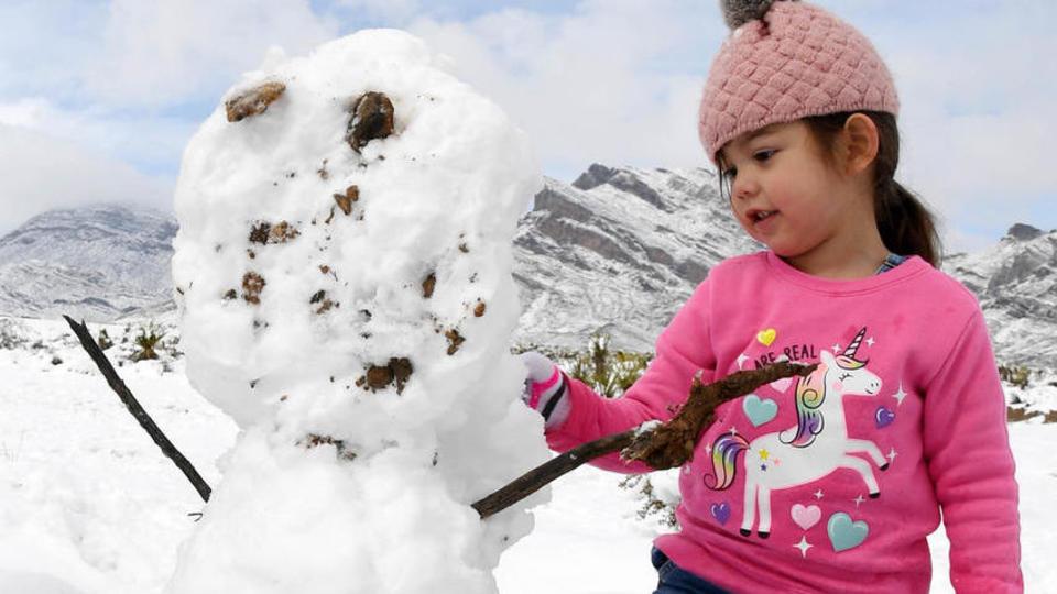 Les enfants en profitent pour faire des bonhommes de neige. Preuve du caractère exceptionnel de l'événement, il n'avait pas autant neigé depuis 1949.