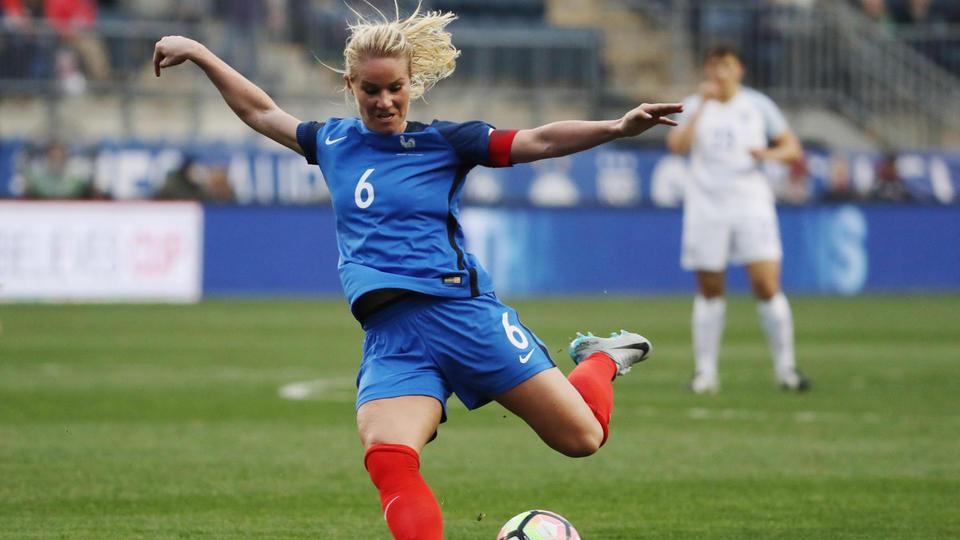 Amandine Henry (France). La capitaine de l'équipe de France rêve de soulever le trophée de la Coupe du monde dans son pays et dans son stade, celui de l'Olympique Lyonnais.