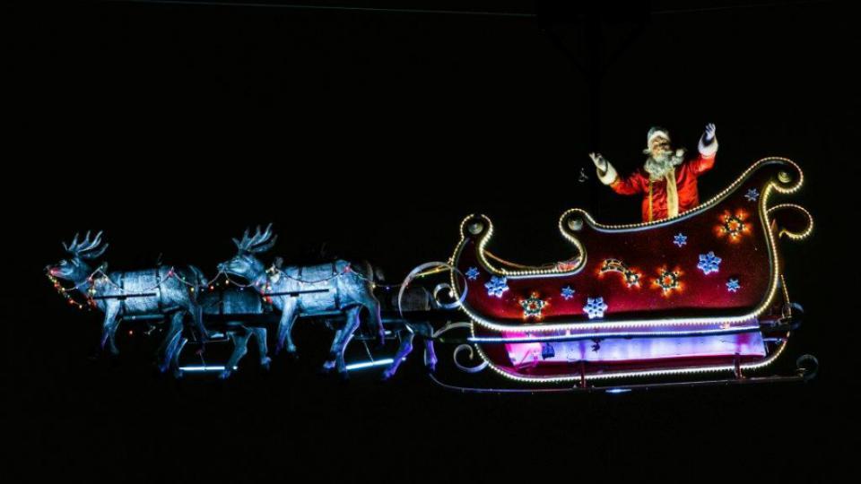 Le Père Noël s'affiche avec son traîneau du 1er au 24 décembre.