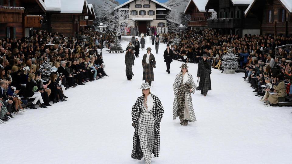 Cara Delevingne, l'une des égéries de Karl Lagerfeld, a défilé en imprimé à carreaux.