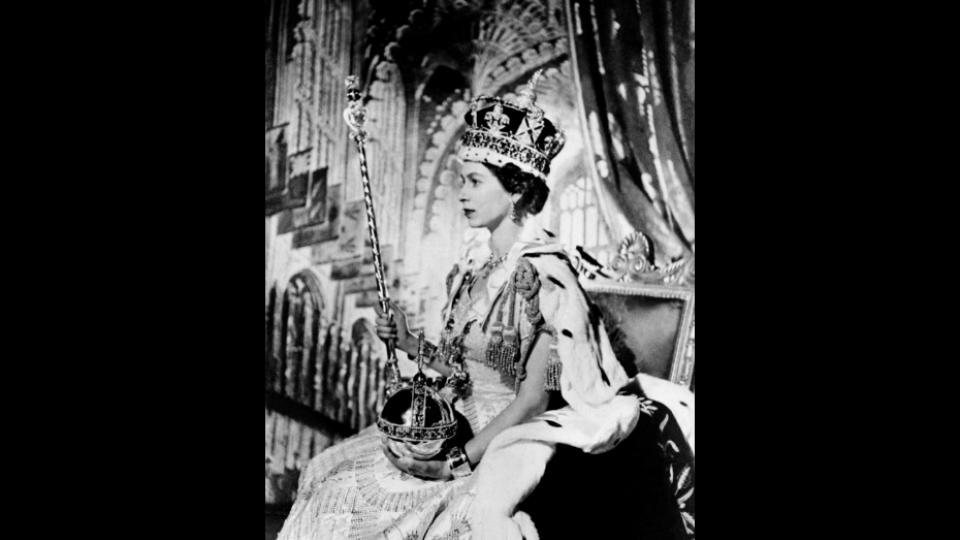 Elizabeth II d'Angleterre est couronnée