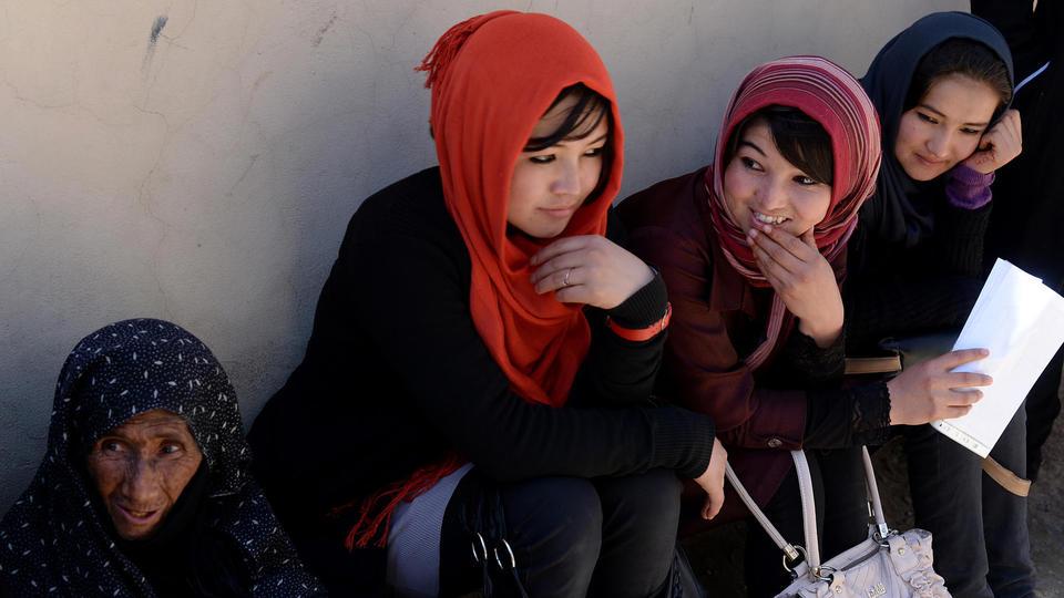 Des Afghanes font la queue pour recevoir leurs cartes d'électrices, à Kaboul, en 2014.