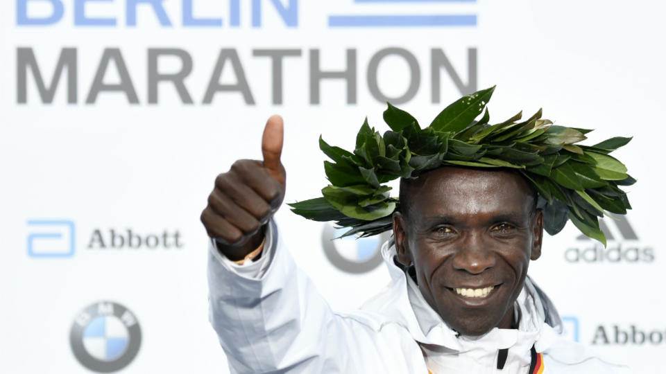 Désigné athlète de l'année par l'IAAF, le Kenyan Eliud Kipchoge a pulvérisé en septembre dernier le record du monde du marathon à Berlin en 2 heures 1 minute et 39 secondes.