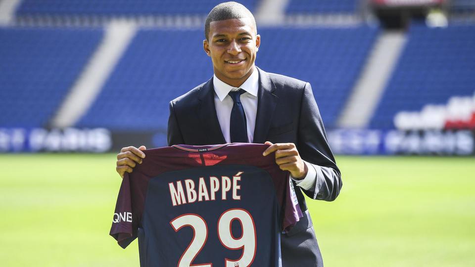 2. Kylian Mbappé (180 millions d'euros bonus compris) devient le deuxième joueur le plus cher de l'histoire en étant prêté avec option d'achat obligatoire au PSG par Monaco fin août 2017. A tout juste 18 ans, l'attaquant devient le joueur français le plus cher.