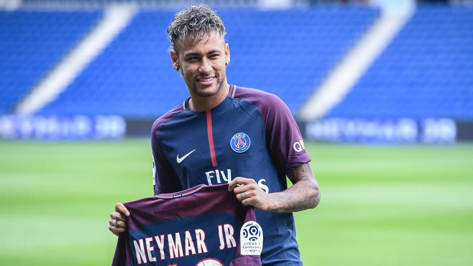 1. Au terme d'un long feuilleton, Neymar (222 millions d'euros) s'est engagé pour cinq ans avec le PSG en août 2017. La star brésilienne a résilié son contrat avec le FC Barcelone avec le règlement de la clause libératoire. Il s'agit de la plus grosse sensation de l'histoire des transferts.